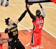 El alero de los Pelicans de Nueva Orléans Wenyen Gabriel y el alero de los Grizzlies de Memphis Dillon Brooks saltan para tomar el balón mientras se acerca el base Nickeil Alexander-Walker.