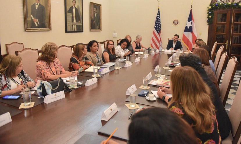 El primer ejecutivo sentado a la mesa conversando con mujeres de distintos sectores. (Suministrada)