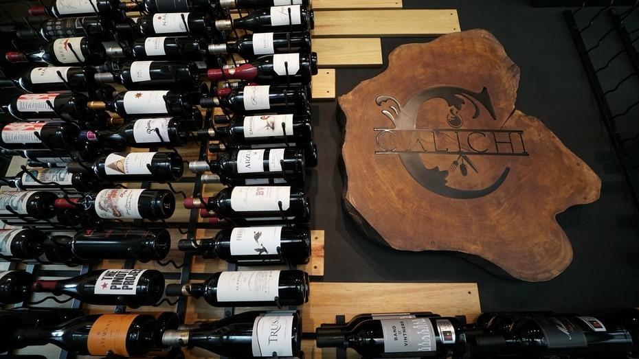 El establecimiento cuenta con una cava con más de 130 etiquetas de vinos. (Foto: alexis.cedeno@gfrmedia.com)