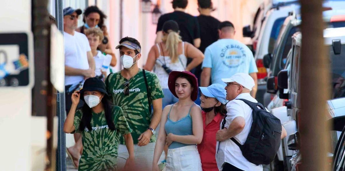 Imagen de archivo de personas con y sin mascarillas en el Viejo San Juan.