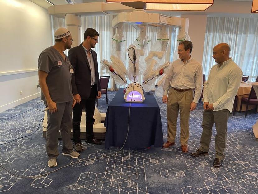 """De izquierda a derecha, los doctores Sadiasept Guillont Juarbe,  Pedro Hernández,  Eduardo Canto y  Eric Escribano Burgos, durante la presentación del sistema robótico  """"da Vinci Xi""""."""