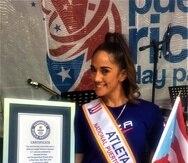Amanda Serrano posa con el certificado de Guinness World Records. (Suministrada)