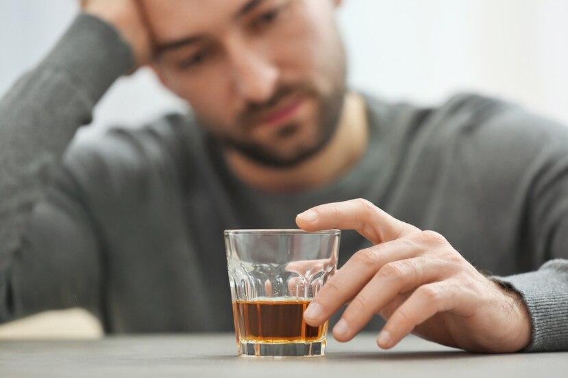 Al consumir alcohol, se altera el equilibrio de químicos en el cerebro que controlan procesos importantes.