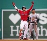Alex Verdugo, de Boston, celebra luego de romper el juego sin hits ni carreras en la octava entrada con un doble. Atrás, Gleyber Torres, de los Yankees.