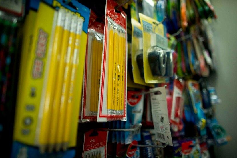 Los materiales escolares exentos del pago de IVU son los definidos como los artículos comúnmente utilizados por un estudiante durante el curso de estudio, como carpetas, bulto escolar y calculadora, entre otros.