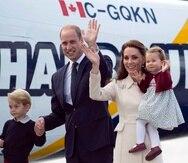 La pareja real británica también recorrió las aguas del puerto interior de Victoria en el barco de vela Pacific Grace. (The Associated Press)