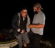 Un voluntario ayuda a la inmigrante guatemalteca Mayra Culio, quien está embarazada, a bajar de una balsa inflable luego de cruzar el río Bravo, en Roma, Texas.