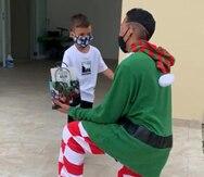 Maestro de Yabucoa visita a 26 de sus estudiantes y los sorpende con un regalo en la Navidad