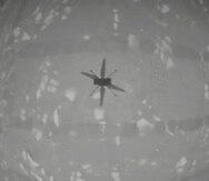 En esta imagen de la NASA, el helicóptero experimental de la NASA Ingenuity vuela sobre la superficie de Marte, el lunes 19 de abril de 2021. El helicóptero despegó el lunes de la polvorienta superficie roja de Marte para completar el primer vuelo controlado y con motor sobre otro planeta.