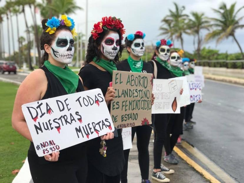 Vestidas todas de catrinas, hoy Día de los Muertos, llegaron al Capitolio. (Facebook / @Colectiva.Feminista.PR)