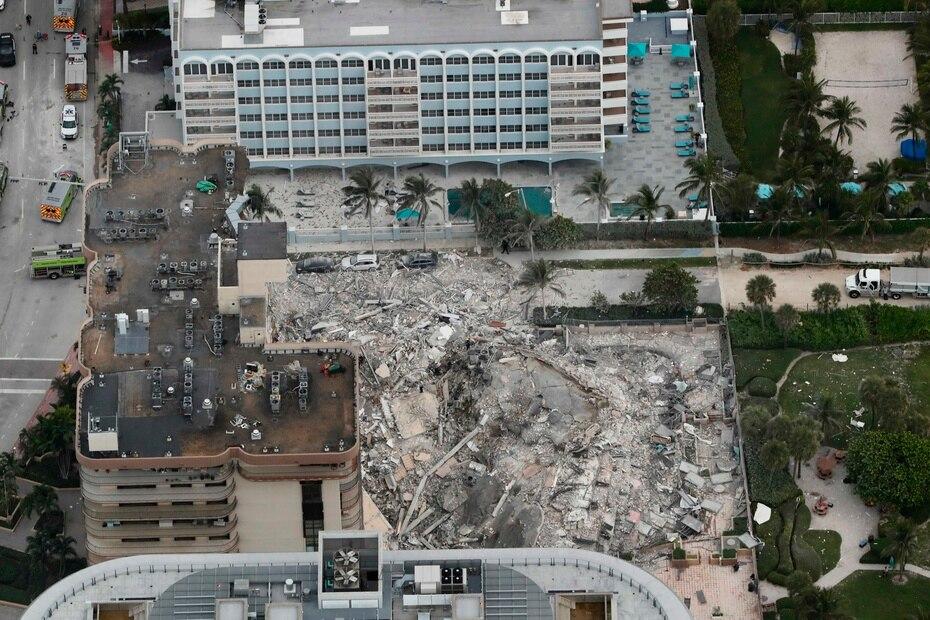 Foto aérea que muestra el colapso en el condominio Champlain Towers South.