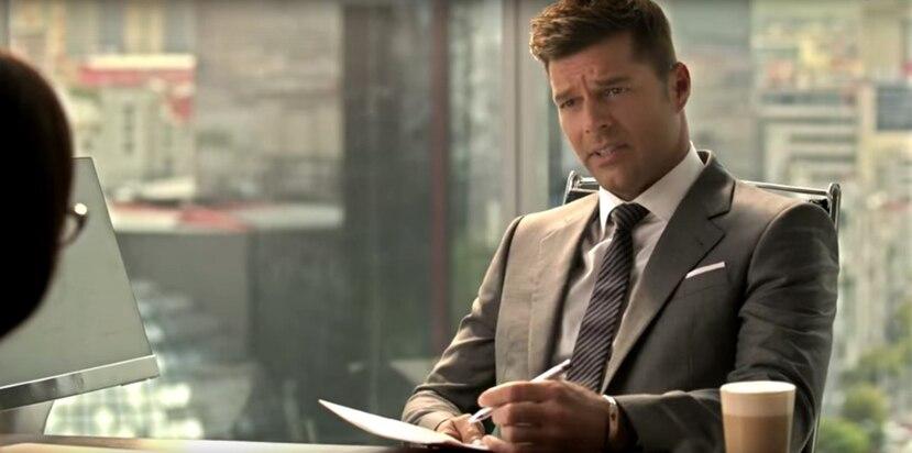 """En el comercial el  astro  boricua   le   dice a la secretaria: """"Acuérdate, la prioridad eres tú"""",  tras  motivarla a tomar las vacaciones que tenía programadas. (Captura)"""