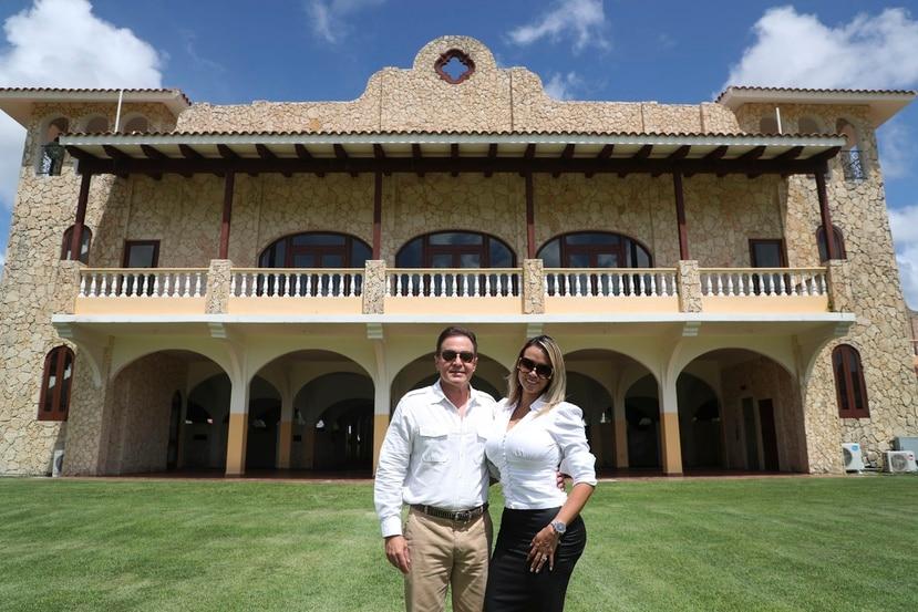 Hacienda Ilusión suele alquilarse para bodas y actividades corporativas. En la foto, Manuel Molina Merle y Lorena Gutiérrez, presidente y  gerente de Ventas, respectivamente.