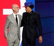El comisionado de la NBA, Adam Silver, felicita a Cade Cunningham, la primera selección general en el draft realizado el jueves 29 de julio de 2021 en Nueva York. Fue reclutado por los Pistons de Detroit