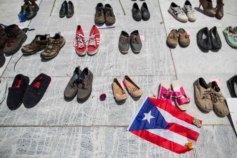 En la foto, zapatos ubicados frente al Capitolio por los muertos a causa del huracán. (GFR Media)