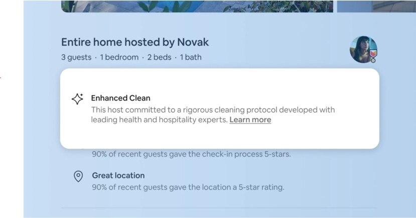 """Además de las calificaciones de limpieza y las descripciones de los alojamientos, los viajeros también pueden buscar el resaltado de """"Limpieza avanzada"""" o """"Enhanced clean"""" en las descripciones de los alojamientos de Airbnb."""