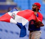 El dominicano Emilio Bonifacio celebra con la bandera de su país tras la victoria 10-6 ante Corea del Sur por la medalla de bronce.