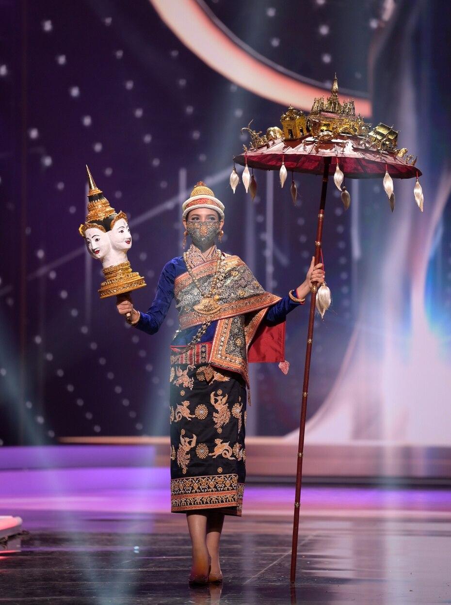 Christina Lasasimma, Miss Universe Laos 2020, utilizó una mascarilla durante la presentación de su traje típico en el certamen internacional.