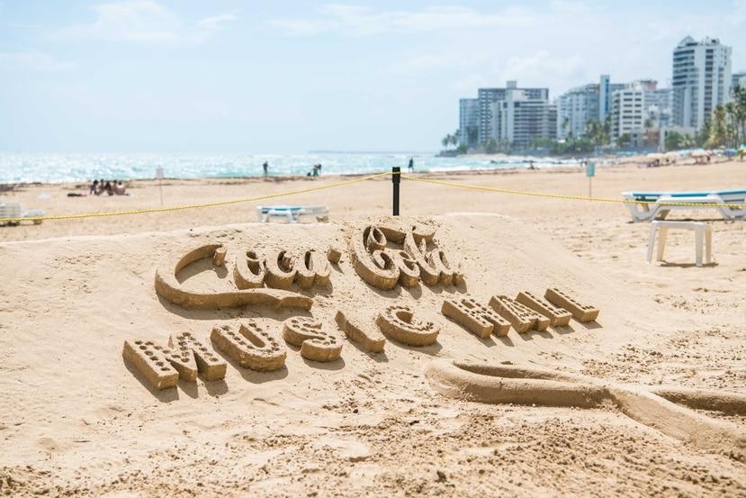 Escultura en arena del logo de Coca-Cola Music Hall realizado en la playa del hotel La Concha por el artista Rodrigo Montenegro.