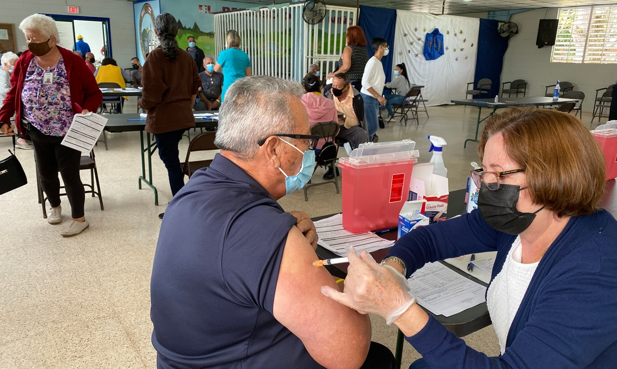 Cientos de personas llegan hasta el centro de vacunación de Barranquitas
