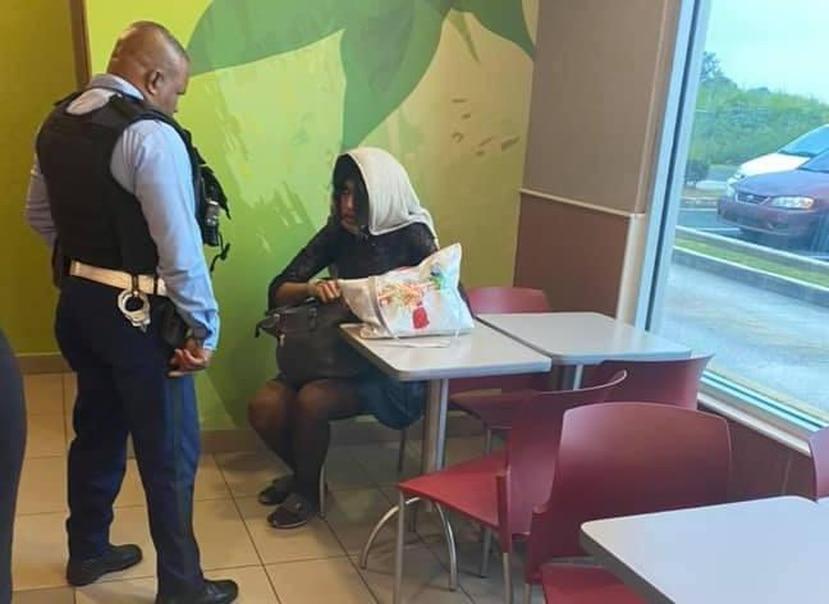 """El domingo, Alexa fue interrogada en un """"fast food"""" de Toa Baja tras ser denunciada por usar el baño de mujeres. Horas después, fue asesinada en el mismo pueblo. (Facebook.com)"""