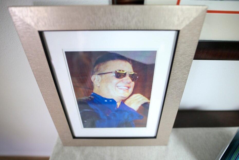 La familia del artista también colocó fotos de Ray en la capilla.