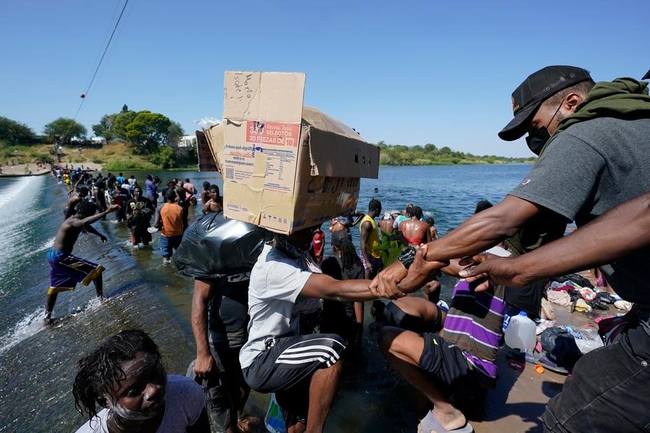 Algunos venían con manos vacías, mientras que otros traían cartones y alimentos desde México para continuar su marcha.