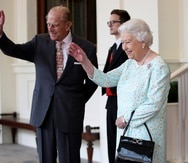La reina Isabel II de Inglaterra (derecha) y el duque Felipe de Edimburgo.