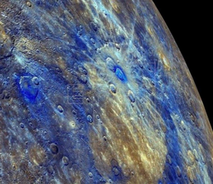 Las superficies oscuras están compuestas de un material rico en carbono procedente del interior del planeta. (EFE)