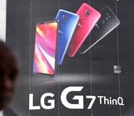Una persona pasa junto a un anuncio de productos de LG Electronics en una tienda de electrónica en Seúl, Corea del Sur.