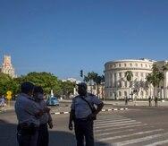 Agentes de seguridad frente al Capitolio cubano, en La Habana.