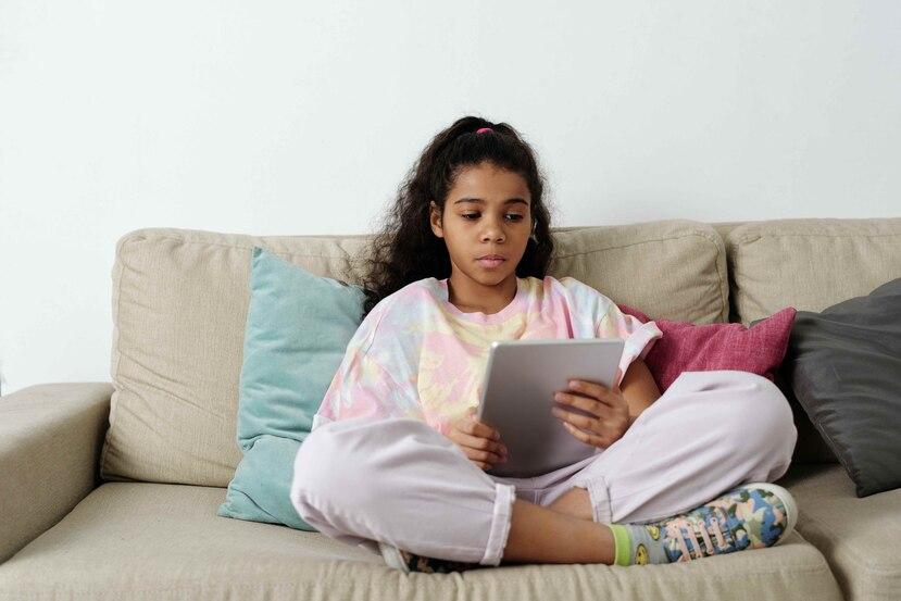 Los niños son particularmente vulnerables a esta táctica de mercadotecnia en internet. (Pexels)