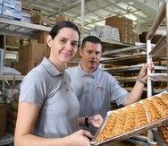 Catalina Rosario y Eliut Ortiz, propietarios de la empresa Orocoveña. Este último indicó que la producción de dulces típicos en su fábrica ha crecido 50% desde que comenzó a exportar.