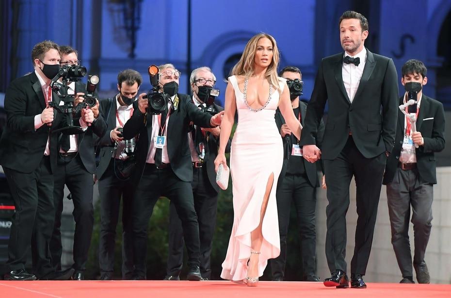 Jennifer lópez y Ben Affleck llegaron agarrados de la mano al evento en el Palacio de Cine del Lido en Venecia.