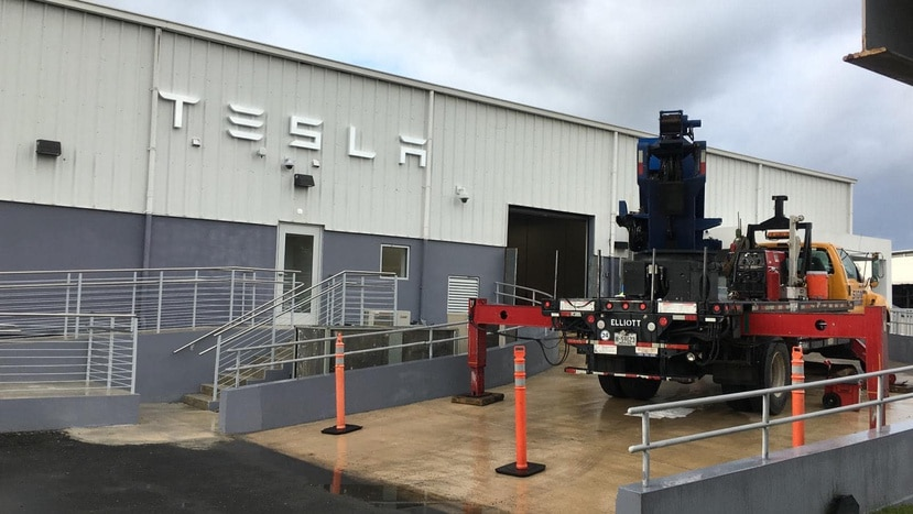 El taller de servicios de Tesla en la calle Calaf contará con tres técnicos especializados provinientes de los Estados Unidos, pero se informó que eventualmente, la empresa reclutará mano de obra local.