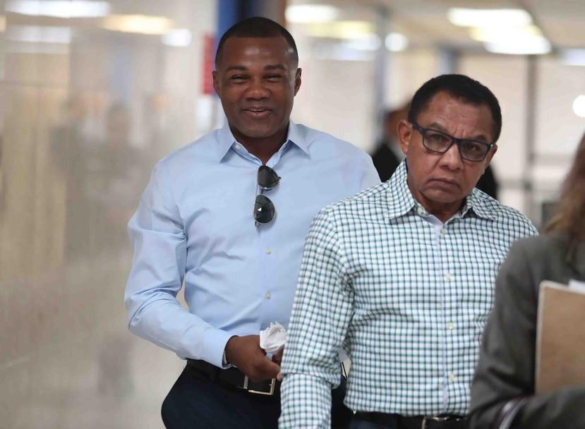 """Félix """"Tito"""" Trinidad y su padre, Don Félix Trinidad, a su salida de una sala del Centro Judicial de San Juan el pasado octubre después de una vista de seguimiento al caso contra el Banco Popular."""
