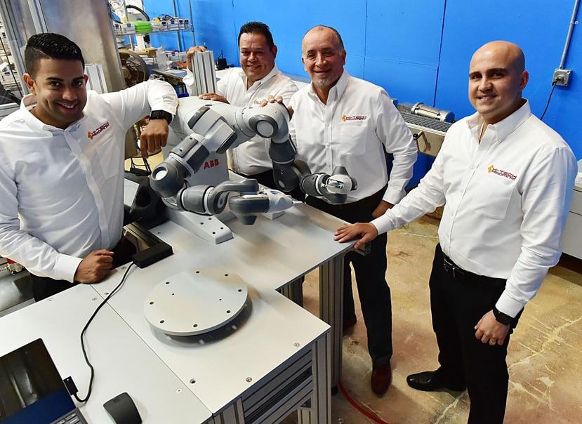 Desde la izquierda, los ingenieros Nataniel ALmanzar, José Dennis Santiago, José Maldonado (fundador y presidente de Hi-Tech Products) y el gerente de ventas Wilfred Rosa.