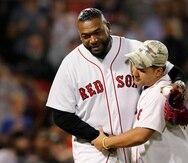 David Ortiz reapareció en Boston ayer, domingo, para realizar el primer lanzamiento antes del partido ante los Yankees.