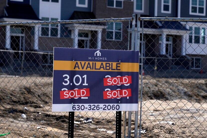 """Un letrero de """"vendido"""" está instalado en un lote el domingo 21 de marzo de 2021 en un nuevo desarrollo inmobiliario en Northbrook, Illinois."""
