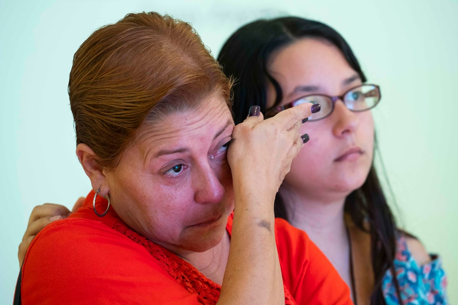 Evelyn Reyes (vecina de Isla Verde que perdió todo) junto a su hija Shimi Ortega reacciona a los videos de la exposición.