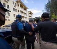 Oficiales de la Policía escoltaron al representante de la Oficina del Monitor hasta su vehículo por razones que no están claras, luego de que llegara a la playa de Rincón para escuchar las denuncias de los manifestantes.