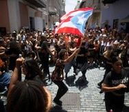 """San Juan, Puerto Rico, Julio 28, 2019 - MCD - Viejo San Juan - FOTOS para ilustrar una historia relacionada a las manifestaciones (día 16) en contra del gobernador Ricardo Rosselló debido a la controversia de su gobierno por asuntos de corrupción y el chat de Telegram. EN LA FOTO la convocatoria de manifestación bailando salsa.FOTO POR:  tonito.zayas@gfrmedia.comRamon """" Tonito """" Zayas / GFR Media"""