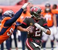 El 'linebacker' de los Denver Broncos, Bradley Chubb captura al 'quarterback' de los Tampa Bay Buccaneers, Tom Brady, y se dispone a  sacarle el balón de las manos.