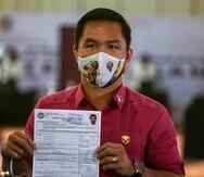 El boxeador retirado y senador Manny Pacquiao muestra el certificado de su candidatura para las elecciones presidenciales de 2022.