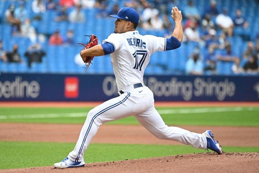 José Berríos  completa un lanzamiento durante su debut el domingo con los Blue Jays de Toronto.