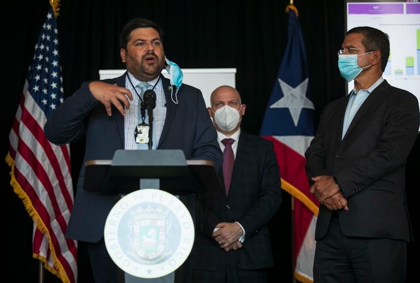 Carlos Mellado (izq.) indicó que no es momento de hablar sobre el cierre de escuelas, pues son los lugares con los protocolos más estrictos para prevenir infecciones.