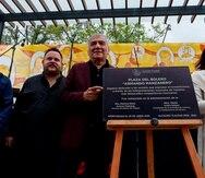 La viuda del compositor Armando Manzanero, Laura Elena Villa, acompañada del compositor Martín Urieta y el cantante Rodrigo de la Cadena, durante la inauguración de la Plaza del bolero, Armando Manzanero, en la alcaldía Tlalpan de la Ciudad de México.