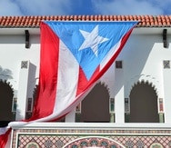 La bandera boricua en la fachada del Ateneo Puertorriqueño.