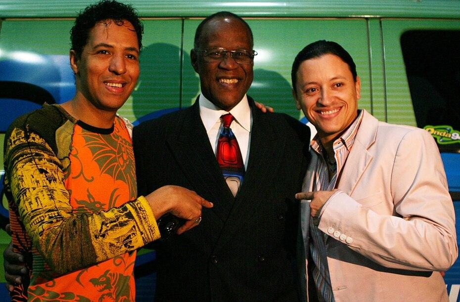 EL merenguero dominicano Bonny Cepeda, quien también tuvo una carrera exitosa, posa junto con Ventura y Elvis Crespo, exintegrante de Grupo Mania que luego formó su propia carrera como solista.