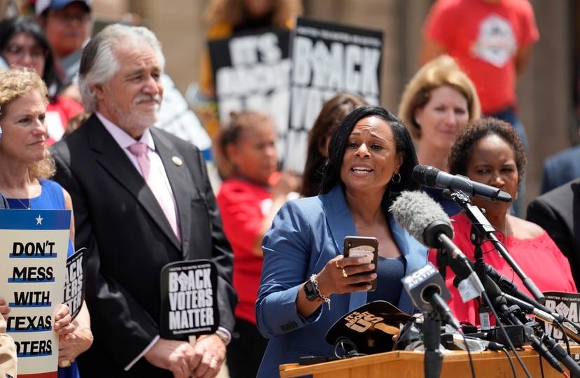 La representante demócrata Nicole Collier habla junto a otros miembros de la bancada de su partido durante una marcha frente al Capitolio de Texas en favor del derecho al voto, el jueves 8 de julio de 2021, en Austin, Texas.